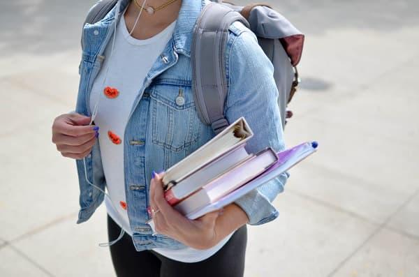 勉強道具を持ってリュックで移動する女性のアイキャッチ画像
