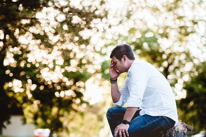 落胆している男性を表すアイキャッチ画像